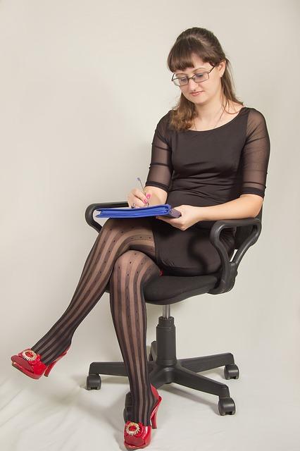 Bürostuhl einstellen Frau